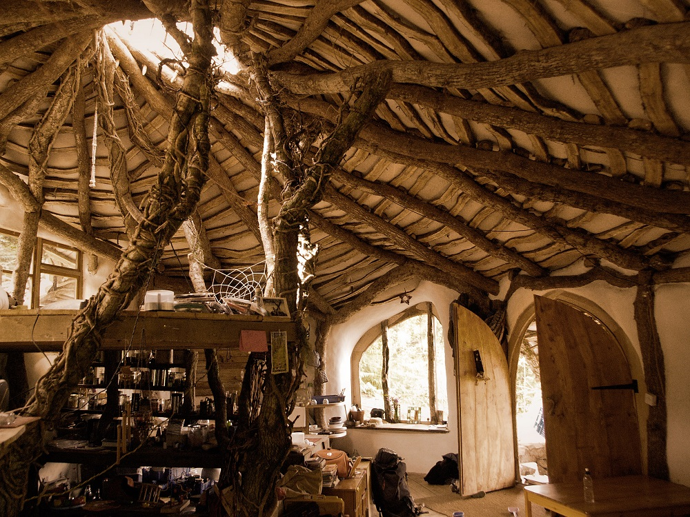 une maison de hobbit fondue dans la nature. Black Bedroom Furniture Sets. Home Design Ideas