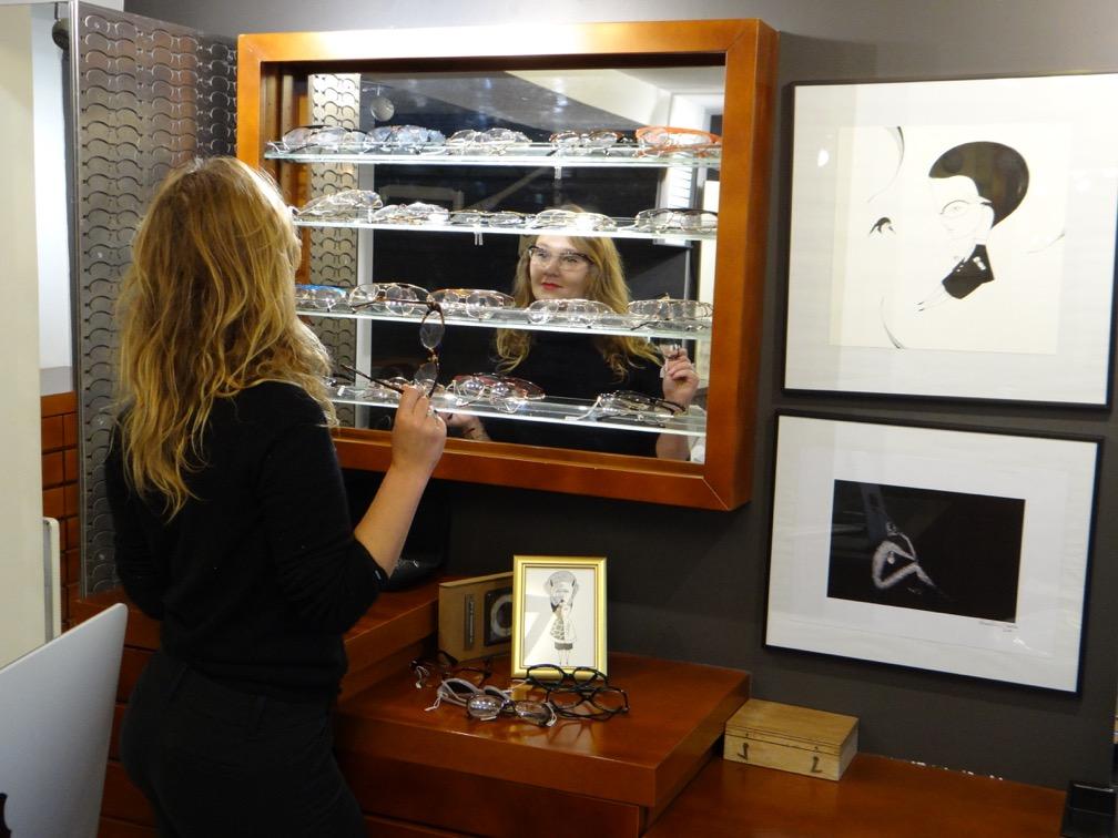 Dans sa boutique du 11e arrondissement, David Benhaim propose plus de 2 000  modèles de montures « neuves d occasion » issues de sur-stocks. 205cdd6e9a6e