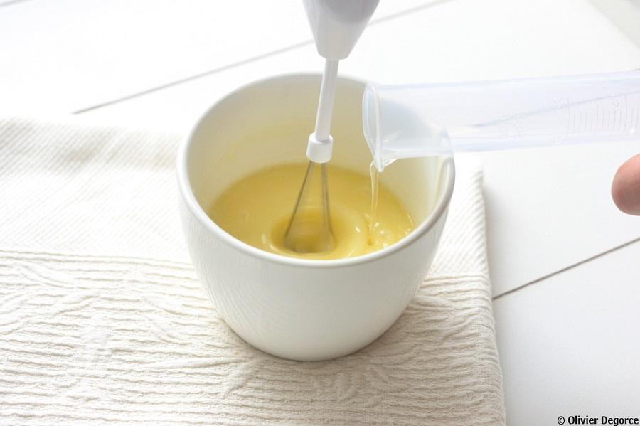 Incorporez les ingrédients du produit après-soleil en mélangeant lentement.